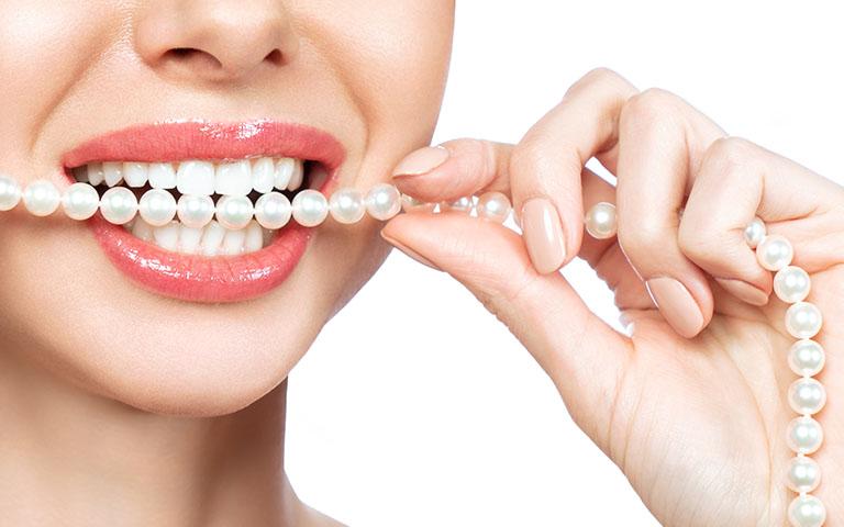Clinica Dental Naves Mujer con carillas dentales de composite luce sonrisa blanca y brillante