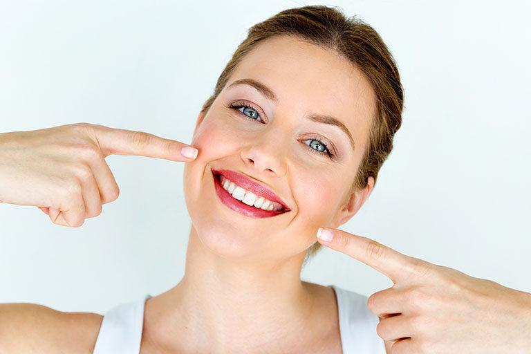 Clinica dental Naves. Las carillas dentales de porcelana tienen ventajas frente a las de composite